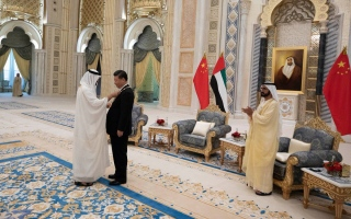 """الصورة: رئيس الدولة يمنح الرئيس الصيني وسام """"زايد """""""