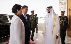 الصورة: محمد بن زايد يتقدم مودعي الرئيس الصيني لدى مغادرته البلاد