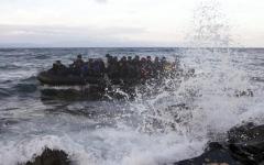 الصورة: انتشال امرأة وجثتين من قارب غرق بالبحر المتوسط