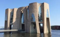 الصورة: مبنى شركة دنماركية.. قلعة تعبيرية  وسط المياه