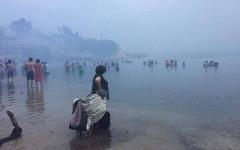 الصورة: النيران تمحو قرية يونانية.. والبحر ملاذ الهاربين