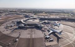 الصورة: لا أضرار ولا تأثير على الرحلات في انقلاب مركبة نقل بمطار أبوظبي