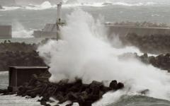 الصورة: إعصار جونجداري يضرب غربي اليابان المتضرر من الفيضانات