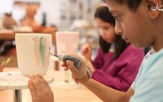 الصورة: في الإمارات: الأطفال يتعلمون اصعب أنواع النحت والرسم