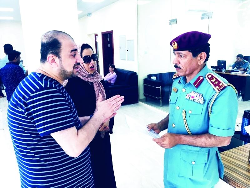 Ⅶ محمد علوان يستمع للمراجعين   |  من المصدر