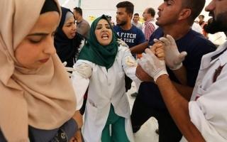 الصورة: المسعفة لمياء فوجئت بزوجها شهيداً في مسيرات العودة