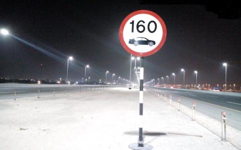 الصورة: بلدية مدينة أبوظبي تستبدل 4096 لوحة تحديد السرعات