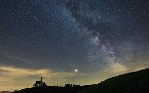 الصورة: تساقط شهب يضيء  سماء البوسنة