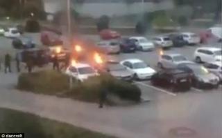 الصورة: فيديو وصور .. شبان يضرمون النار في عشرات السيارات بالسويد