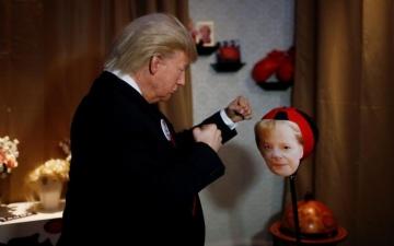 الصورة: ترامب يلكم ميركل في متحف ببرلين