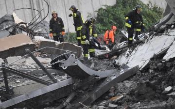 الصورة: ًارتفاع حصيلة قتلى انهيار جسر في إيطاليا إلى 35 شخصا