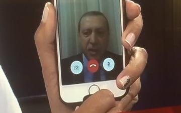 الصورة: أردوغان ينقلب على «آيفون» مُنقذه من الانقلاب