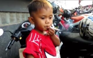 الصورة: طفل عمره عامان ونصف ويدخن 40 سيجارة يومياً
