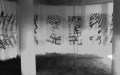 الصورة: فنانة تجسّد رحلة الحج في لوحات من قماش الإحرام