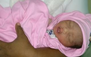 الصورة: (فيديو) إنقاذ رضيع حديث الولادة من المجاري!