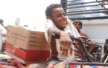 الصورة: «الهلال الأحمر» تخلّص قرية من تجويع الحوثييين