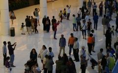 الصورة: العائلات تتدفق على «مولات» دبي لاقتناص الفرص