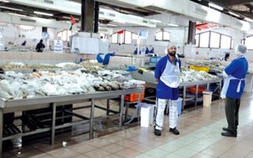 الصورة: ارتفاع أسعار الأسماك في «المشرف مول» يدفع المستهلكين إلى الأسواق القديمة