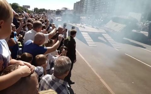 الصورة: (فيديو) انقلاب دبابة بعد مشاركتها في عرض عسكري