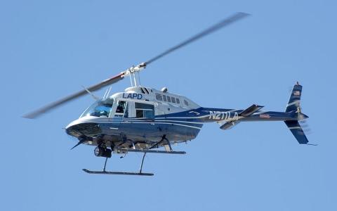 الصورة: (فيديو) رياح ترمي بمروحية أرضاً