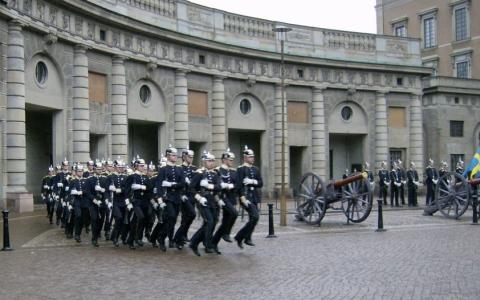 الصورة: (فيديو) لحظة تبديل الحرس في ساحة القصر الملكي بستوكهولم