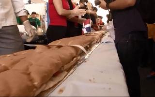 الصورة: (فيديو) شطيرة بطول 70 متراً ووزن 865 كيلوغراماً