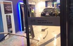 الصورة: إصابة آسيوي باقتحام مركبة  لأحد البنوك