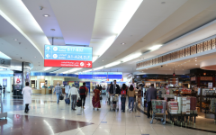 الصورة: شرطة دبي تعيد أماً تائهة في المطار إلى ابنتها في جنوب أفريقيا