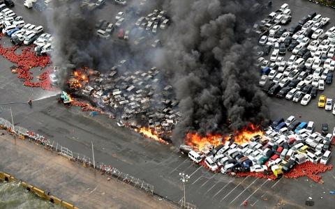 الصورة: نيران الإعصار جيبي تلتهم 100 سيارة في اليابان