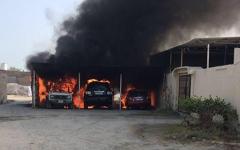 الصورة: حريق يتلف 3 سيارات متوقفة في كراج منزل بالفجيرة