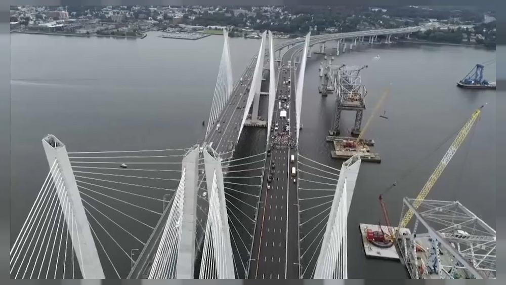 (فيديو) حاكم نيويورك يفتتح جسر نهر هدسون بسيارة فرانكلين روزفلت