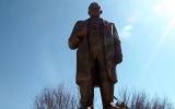 الصورة: أئمة مساجد يجمعون تبرعات وينفقونها على ترميم تمثال لينين