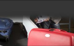 الصورة: ضبط مسافر آسيوي بحوزته أدوات سحر وشعوذة