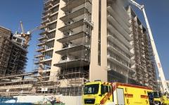 الصورة: مدني أبوظبي يخمد حريقاً ببناية قيد الإنشاء