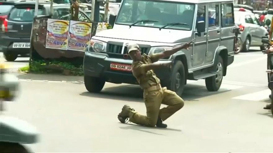 (فيديو) شرطي هندي ينظم حركة المرور راقصاً
