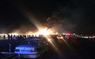 الصورة: مقتل وإصابة 46 شخصاً إثر اصطدام حافلة بشاحنة وقود في إيران