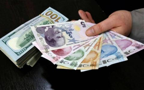 الصورة: الليرة التركية تنخفض مقابل الدولار وتلتهم مكاسب رفع الفائدة