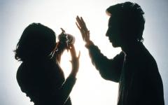 الصورة: محاكمة خليجي ضرب وشتم زوجته وهددها بالقتل