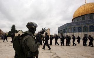 الصورة: مستوطنون يهود يقتحمون الأقصى