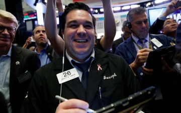 الصورة: الأسهم العالمية تحلّق وتتجاوز ضربات حرب التجارة