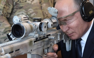 الصورة: بوتين يستعرض مهاراته في الرماية ببندقية كلاشنيكوف جديدة