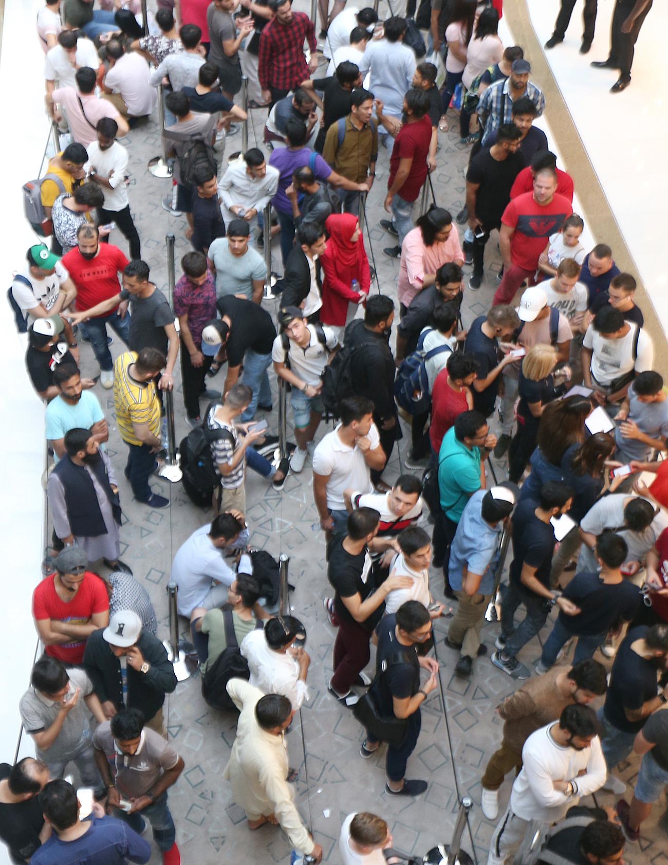 """بالصور...إقبال كبير على هواتف """"آيفون"""" الجديدة في دبي مول"""