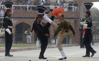 الصورة: شاهد .. أغرب طقوس احتفالية بين باكستان والهند عند إغلاق الحدود يومياً