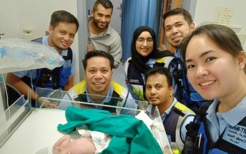 الصورة: فاطمة البلوشي تُنقذ سيدة  في مخاض الولادة