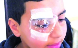 الصورة: رصاص الاحتلال أفقد الطفل محمد أحلامه في ممارسة كرة القدم