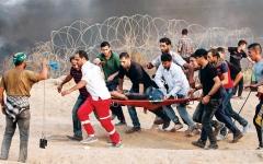 الصورة: 115 إصابة على حدود غزة.. وإسرائيل تقصف خان يونس