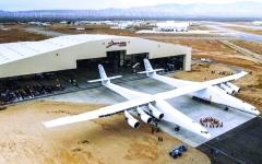 الصورة: أضخم طائرة في العالم تنجح في اختبار السير على المدرج