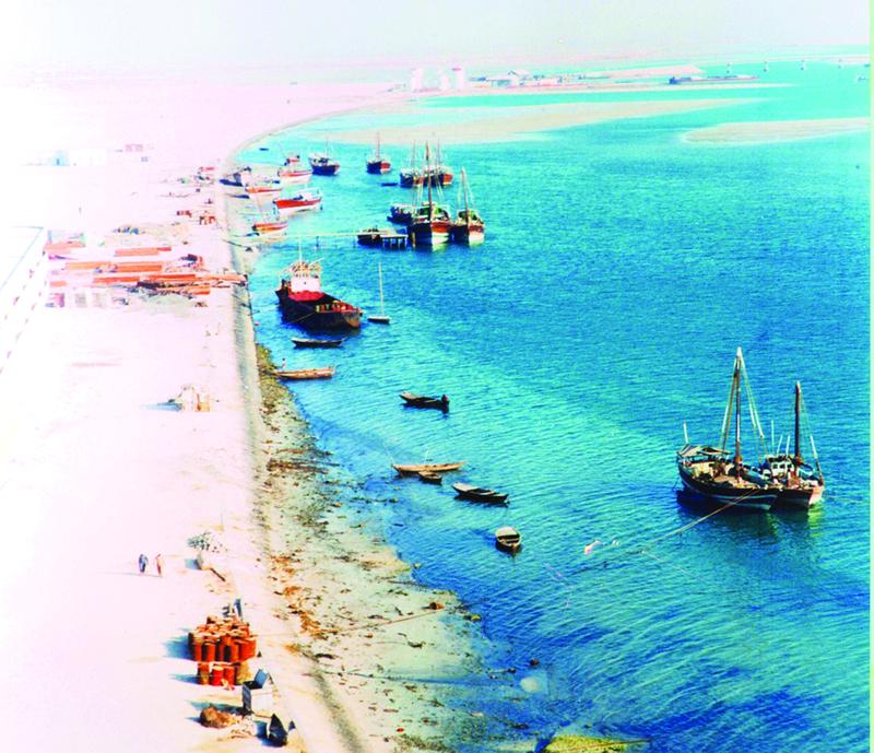 ■ سافر أبناء الإمارات إلى دول الخليج العربي عبر البحر وغيره طلباً للرزق