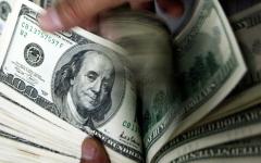 الصورة: الدولار يرتفع إلى أعلى سعر في 16 شهراً