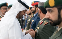 """الصورة: محمد بن زايد يقلد عددا من أبطال القوات المسلحة وسامي """"المجد والشجاعة """""""